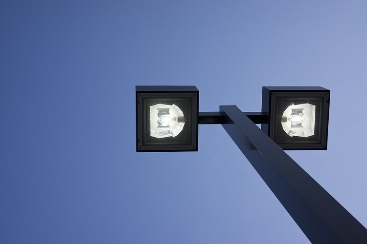 Tiang Lampu Penerangan Jalan Umum